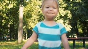 Bébé garçon mignon en parc à l'été banque de vidéos