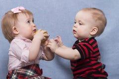 Bébé garçon mignon et beau bébé jouant ensemble Images libres de droits
