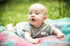 Bébé garçon mignon heureux d'enfant en bas âge images stock