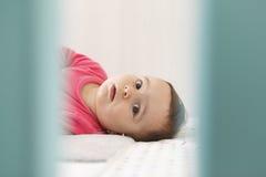 Bébé garçon mignon sur sa huche bleue Photographie stock libre de droits