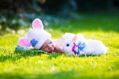 Bébé garçon nouveau-né avec le lapin de Pâques Image stock