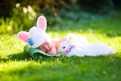 Bébé garçon nouveau-né avec le lapin de Pâques Photos libres de droits