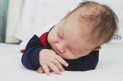 Bébé garçon nouveau-né deux mois de sommeil Photos stock