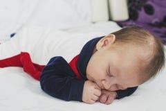 Bébé garçon nouveau-né deux mois de sommeil Image libre de droits