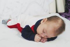 Bébé garçon nouveau-né deux mois de sommeil Photo stock