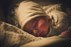Bébé garçon nouveau-né dormant, après l'accouchement Photo prise quelques heures après la naissance de l'enfant photo stock