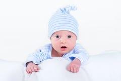 Bébé garçon nouveau-né drôle jouant sur son ventre photo stock