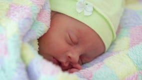 Bébé garçon nouveau-né endormi banque de vidéos