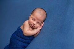 Bébé garçon nouveau-né enveloppé et de sommeil Photographie stock