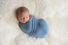 Bébé garçon nouveau-né enveloppé et de sommeil Images stock