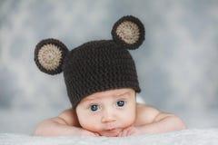 Bébé garçon nouveau-né mignon dans un chapeau Image libre de droits