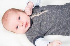 Bébé garçon nouveau-né mignon se trouvant sur le lit nouveau-né Photographie stock libre de droits