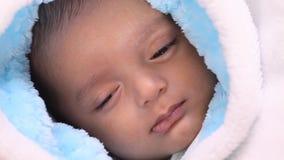 Bébé garçon nouveau-né somnolent banque de vidéos