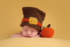Bébé garçon nouveau-né utilisant un chapeau de pèlerin Image libre de droits
