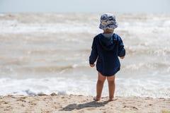 Bébé garçon nu-pieds à la plage du dos photo libre de droits