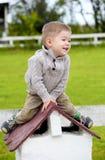 Bébé garçon s'asseyant sur le petit dessus de toit Image stock