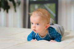 Bébé garçon se trouvant sur le ventre Photo stock