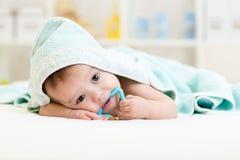 Bébé garçon sous la serviette après s'être baigné à la maison Images stock