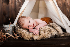 Bébé garçon, studio de photo sur un fond en bois Images libres de droits