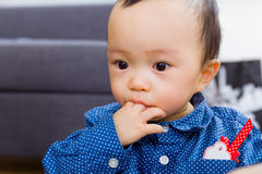 Bébé garçon suçant son doigt photos stock