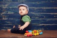 Bébé garçon sur le backgroun en bois Photo libre de droits