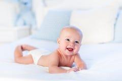 Bébé garçon sur le lit blanc Images libres de droits