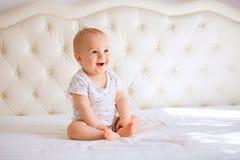 Bébé garçon sur le lit de parents Images libres de droits