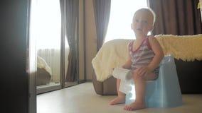 Bébé garçon sur le pot à la maison banque de vidéos