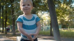 Bébé garçon timide et souriant Enfant en parc clips vidéos