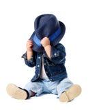 Bébé garçon timide se cachant derrière le chapeau photos libres de droits