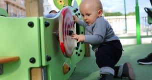 Bébé garçon tournant une roue en spirale clips vidéos