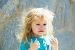 Bébé garçon triste mignon marchant sur la rue de ville Photographie stock libre de droits