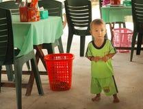 Bébé garçon vietnamien d'enfant en bas âge en café Image stock