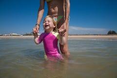 Bébé heureux avec la maman à l'océan Photographie stock