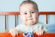 Bébé heureux dans la huche Photo libre de droits