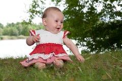 Bébé heureux en nature photographie stock libre de droits