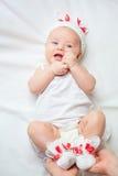 Bébé heureux habillé dans le costume tricoté de lapin Image stock