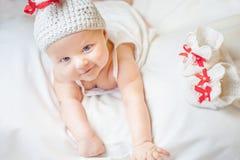 Bébé heureux habillé dans le costume tricoté de lapin Image libre de droits