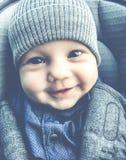 Bébé heureux mignon souriant dehors plan rapproché image stock
