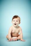 Bébé étonné mignon sur le fond bleu Image libre de droits
