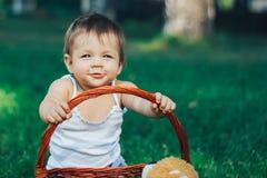 Bébé heureux souriant et jouant avec le panier et rire photos stock