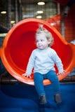 Bébé heureux sur la glissière colorée Photos libres de droits