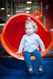 Bébé heureux sur la glissière colorée Photo libre de droits