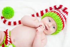 Bébé heureux utilisant le chapeau mignon de Knit Image libre de droits