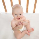 Bébé infantile d'enfant tenant le soother de mamelon de bébé Photographie stock libre de droits
