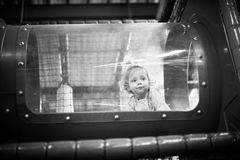 Bébé jouant à l'intérieur d'un tunnel de jouet Photographie stock