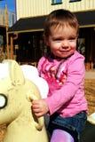 Bébé jouant au stationnement Image stock