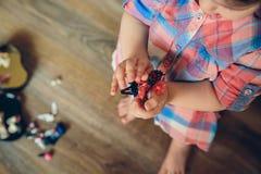 Bébé jouant avec des agrafes de cheveux dans les mains Images libres de droits