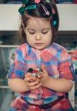 Bébé jouant avec des agrafes de cheveux dans les mains Photo libre de droits