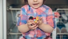 Bébé jouant avec des agrafes de cheveux dans les mains Images stock